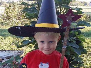 Atelier enfant Halloween, création de baguettes magiques et chapeau de sorcière