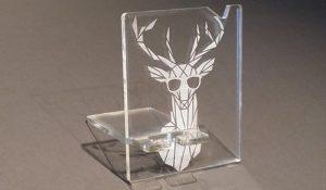 gravure et découpe de porte-téléphone-lunettes en plexiglass