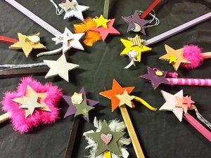 Atelier enfant baguette magique, création de baguettes en carton et autres éléments de récup'