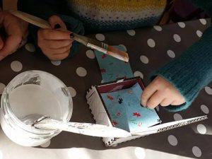 Atelier enfant Bijü Box, création de boîte à bijoux en carton