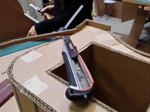 Atelier loisirs fabrication de mobilier en carton, découpe