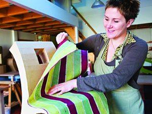 Atelier loisir, création chaise enfant en cours de décoration