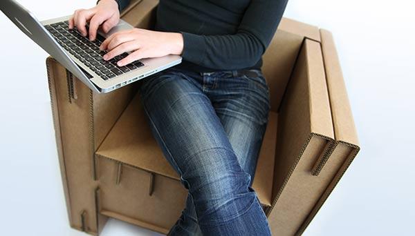 s'asseoir sur un fauteuil en carton