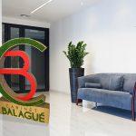 Sculpture logo géant en carton et mousse végétale
